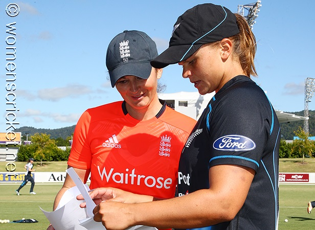 [Charlotte Edwards & Suzie Bates] © Don Miles
