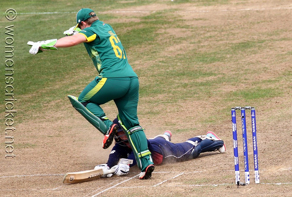 [Lizelle Lee avoids Tammy Beaumont] © Don Miles